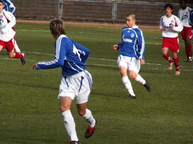Jevtic jugando para el Schalke 04, comandando un contragolpe. Detrás de él, el hijo de Ballack (?).