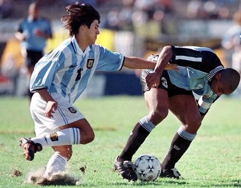 Cristian Morales intenta agarrar a Meneses. Ambos tienen esta fotografía en sus casas para dar fe que alguna vez jugaron para una selección nacional.