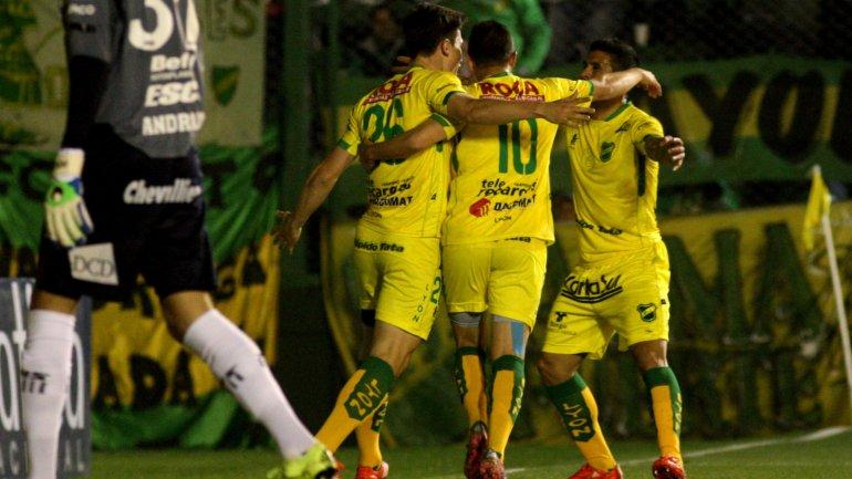 Isnaldo, Busse y Telechea celebran el gol de Defensa.