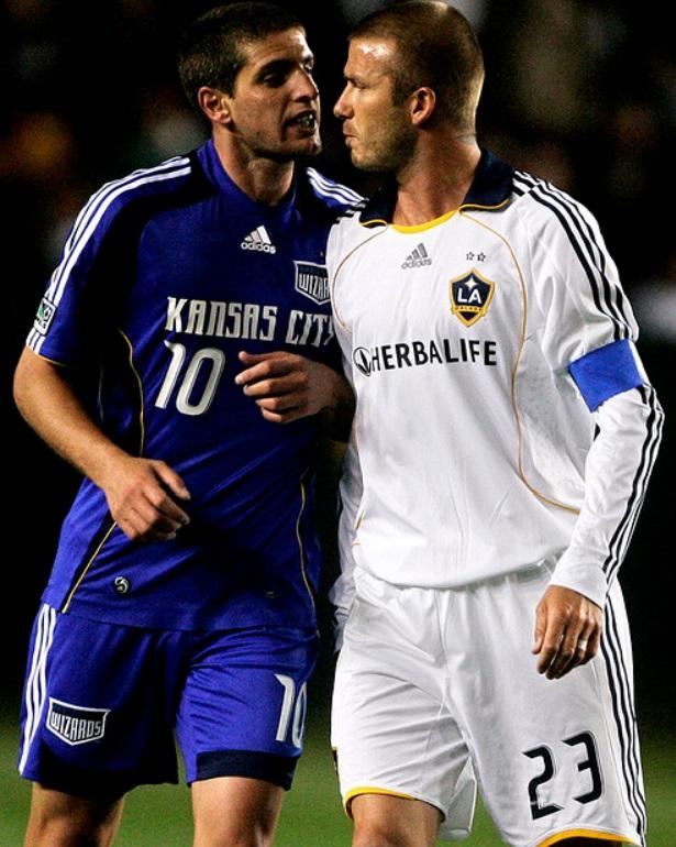 """Marinelli lo pechea a David Beckham con cara de """"guetepá"""". El inglés frunce el ceño calculando cuanto millones de dólares tiene él y Marinelli no (?)."""