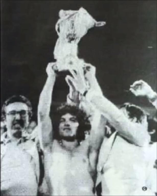 Levantando la Copa Helénica obtenida con el Iraklis en 1976. Ustedes encarguense de buscar los parecidos a las caras (?)