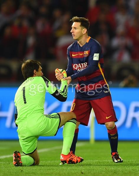Mientras Messi levanta a Barovero, pispea si hay alguna japonesa ferreable en la tribuna (?).