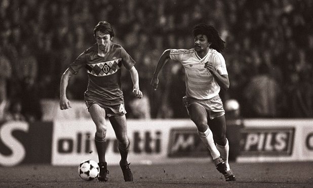 Franky van der Elst (L), Ruud Gullit (R) during the World Cup qualifying match between Belgium and The Netherlands on October 16, 1985 at the Constant Vandenstock stadium in Brussels, Belgium. (Photo by VI Images via Getty Images)