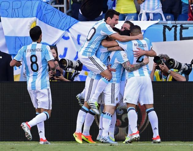 Argentina se sacó de encima a Venezuela por 4-1 de la misma manera que Romero  el penal ... 4d5cbd1a54850