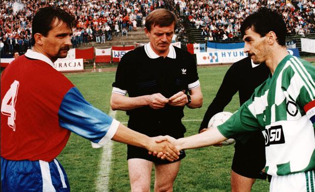 Los capitanes del Legia y del Wisla Cracovia se saludan durante el sorteo. Ni para la foto pudieron disimular sus caras de connivencia.